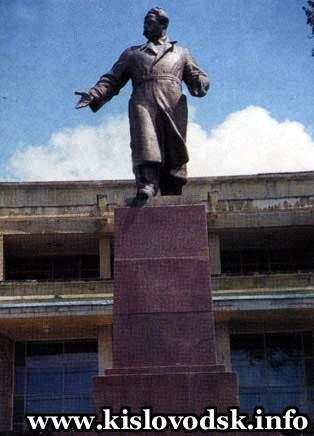 Памятники под заказ Кисловодск Лампадка из лезниковского гранита резная Чермоз